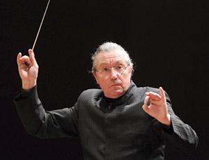 常任指揮者就任後初の演奏会で指揮をするカンブルランの写真